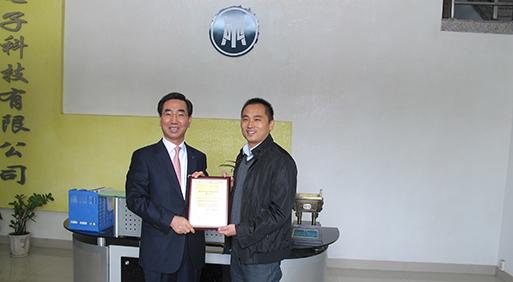 KTC院长Mr.HO YONG SUNG向UTL颁发授权证书