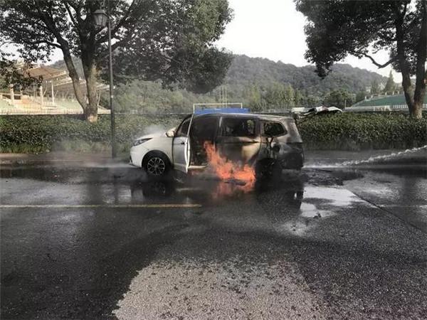 惊险!新能源车在送乘客路上突然起火!
